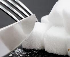白い角砂糖をフォークでカット