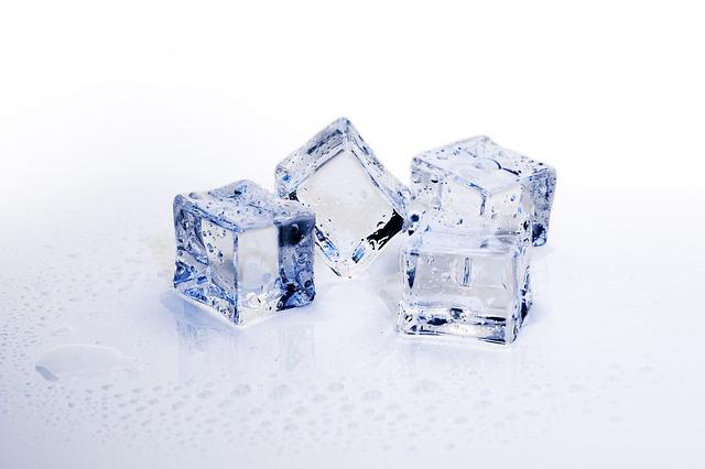 キューブ型の氷4個