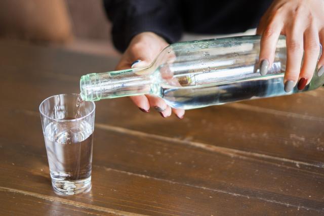 和らぎ水(チェイサー)を飲む